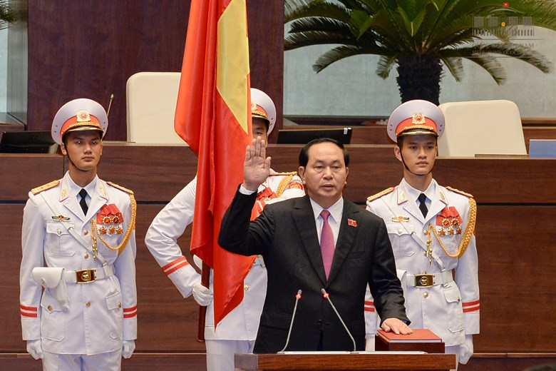 Chủ tịch nước tay trái đặt lên Hiến pháp, tay phải giơ lên để tuyên thệ - Ảnh: Quochoi.vn