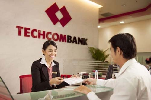 Khách hàng giao dịch tại Techcombank Ảnh: na Lê