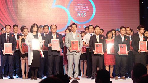 Ông Nguyễn Đức Tài, Chủ tịch HĐQT Công ty Cổ phần Đầu tư Thế Giới Di Động, nhận giải thưởng Top 50 công ty kinh doanh hiệu quả nhất Việt Nam