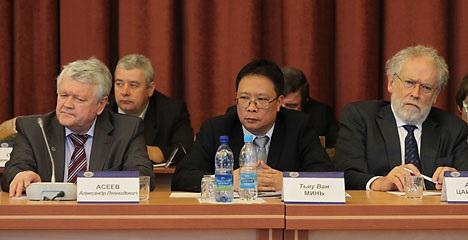 GS-VS Châu Văn Minh (giữa) trong một buổi làm việc với chuyên gia nước ngoài - Ảnh tư liệu