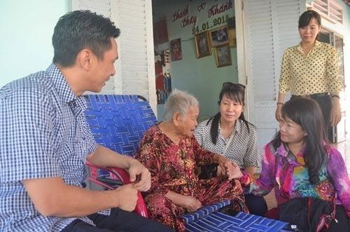 Các cán bộ Công đoàn Viên chức TP HCM thăm hỏi Mẹ Việt Nam anh hùng Lê Thị Râng