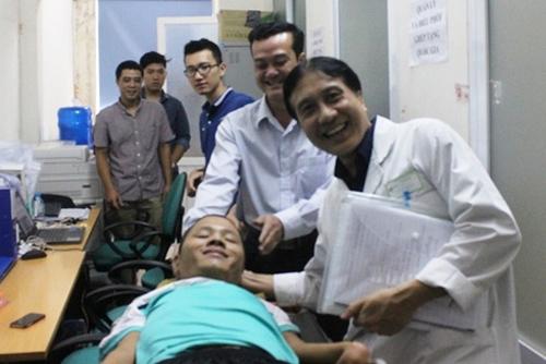 Anh Phạm Sỹ Long và các bác sĩ tại Trung tâm Điều phối Quốc gia về ghép bộ phận cơ thể người