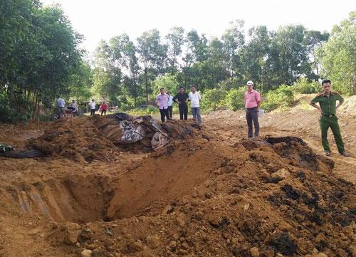 Cơ quan chức năng kiểm tra, xử lý việc chôn lấp rác thải trái phép của Formosa trong trang trại ở Hà Tĩnh Ảnh: HÀ TĨNH