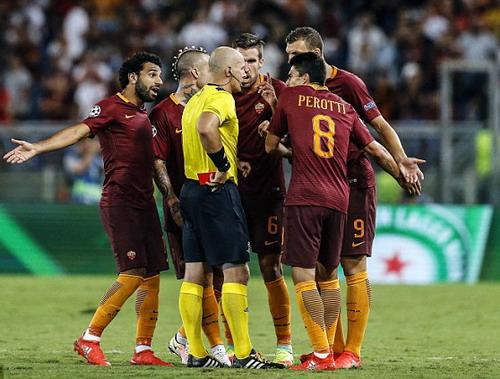 Thêm Emerson rời sân vì thẻ phạt, AS Roma buông xuôi