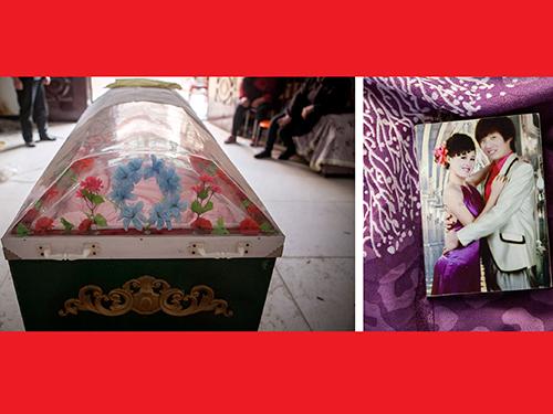 Quan tài của Lý Hồng Hạ được đặt tại nhà chồng từ cuối tháng 2. Bên phải là ảnh chụp nạn nhân và chồng năm 2013Ảnh: The Washington Post