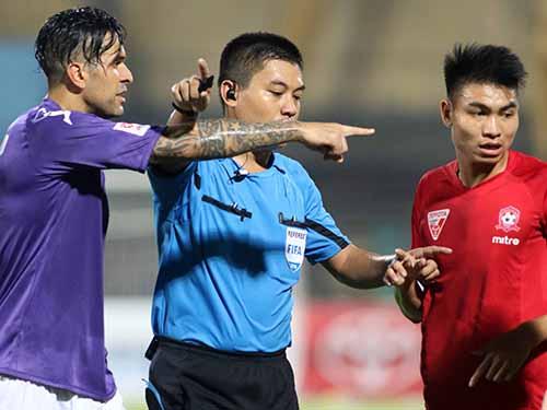 Tổ trọng tài của ông Nguyễn Hiền Triết bỏ qua 1 bàn thắng cho Hà Nội T&T dù bóng qua vạch vôi khung thành gần 1 mẢnh: Hải Anh