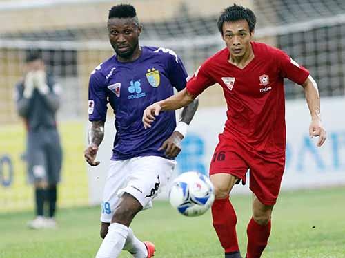 Hoàng Vũ Samson (trái) của Hà Nội T&T đủ điều kiện lên tuyển Việt Nam. Anh đang dẫn đầu danh sách ghi bàn tại Toyota V-League 2016 với 8 bàn/9 vòngẢnh: Hải Anh