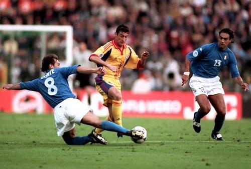 Conte (trái) khi còn thi đấu trong màu áo tuyển Ý