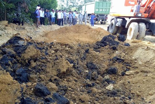Lực lượng chức năng tiến hành cất bốc di dời số chất thải tại trang trại của ông Lê Quang Hòa, Giám đốc công ty Kỳ Anh - Ảnh: Dũng Nguyễn