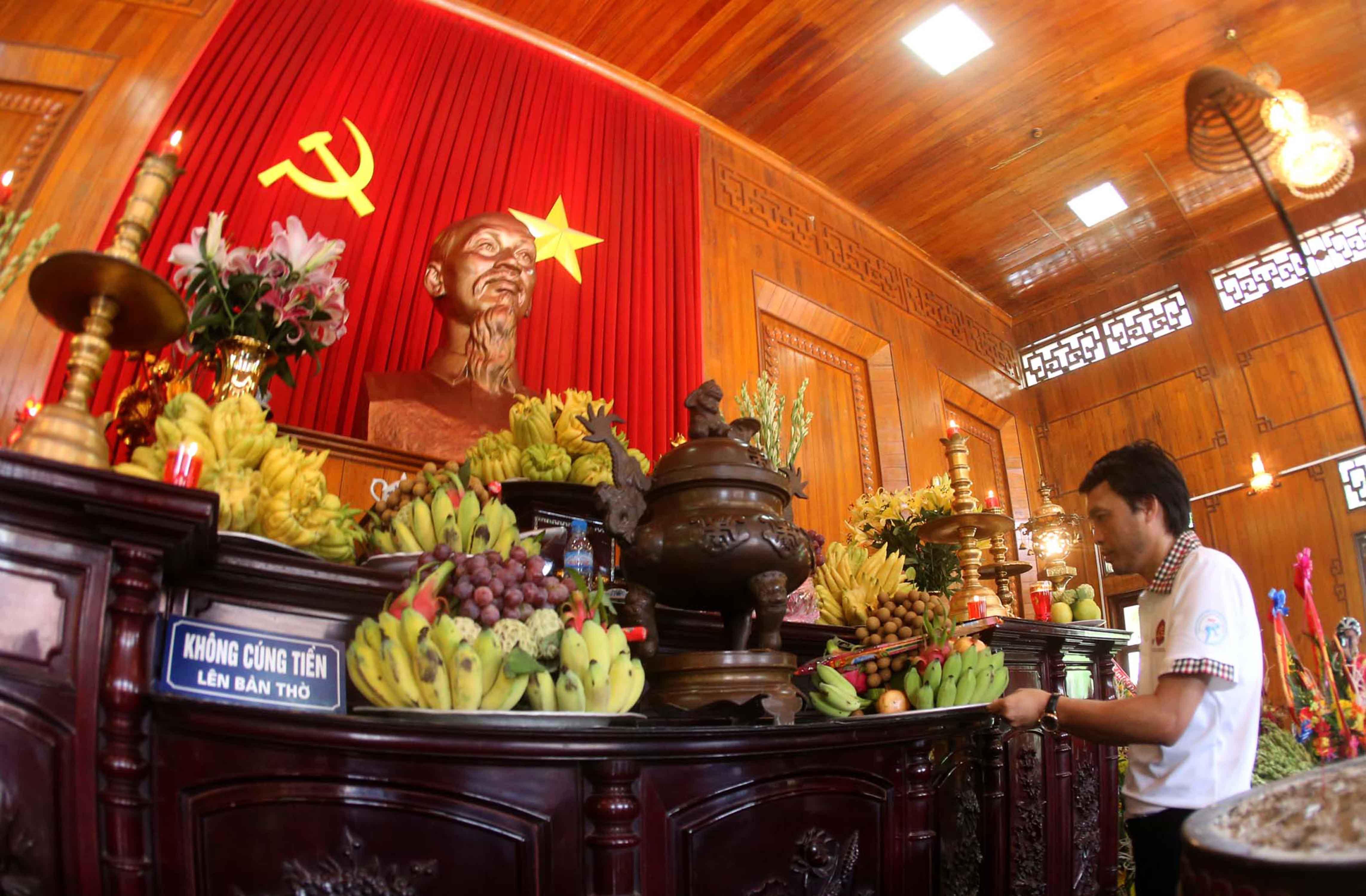 Đại diện BTC đang dâng hương bàn thờ Bác Hồ tại làng Sen