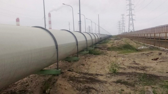 Một phần đoạn đường ống xả thải nổi trên mặt đất của Formosa - Ảnh: Infornet