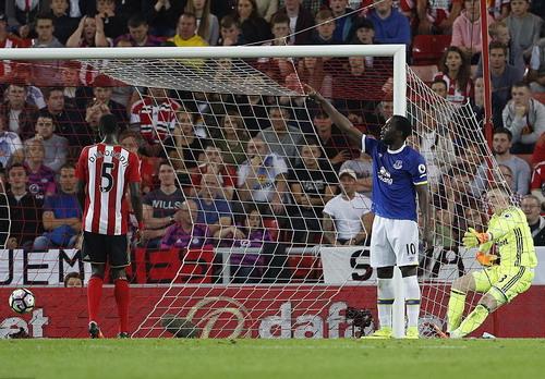 Thủ môn Pickford không cứu nổi bàn thua từ quả đánh đầu của Lukaku