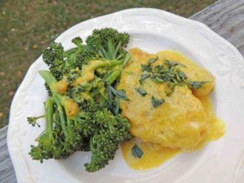 Bông cải xanh + Mù tạc: Bông cải xanh rất giàu sulforaphane, hợp chất chống ung thư, tuy nhiên, myrosinase, loại enzyme phát huy tác dụng của sulforaphane lại bị phá hủy khi nấu chín bông cải xanh. Để thay thế myrosinase, bạn nên kết hợp bông cải xanh với mù tạt, thực phẩm rất giàu myrosinase. Ảnh: Oryana