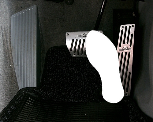 Khi rời chân ga hãy rà ngay chân phanh và đạp phanh khi dừng đèn đỏ.