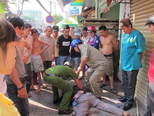 Người dân và công an khống chế một kẻ cướp tiệm vàng ở quận Tân Phú-TP HCM