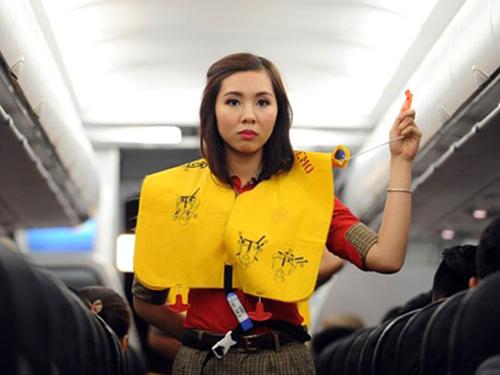 Tiếp viên hướng dẫn sử dụng áo phao trên máy bay - Ảnh minh họa