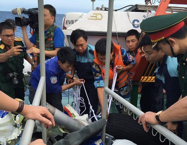 Lực lượng tìm kiếm vớt lên một mảnh vỡ máy bay CASA-212 gặp nạn trên biển