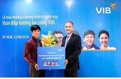 Anh Nguyễn Tiến Thành nhận giải thưởng học bổng 1 tỉ đồng