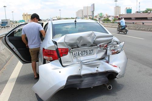Chiếc ô tô 4 chỗ bị xe khách tông làm hư hỏng phần đuôi Ảnh: Quốc Chiến