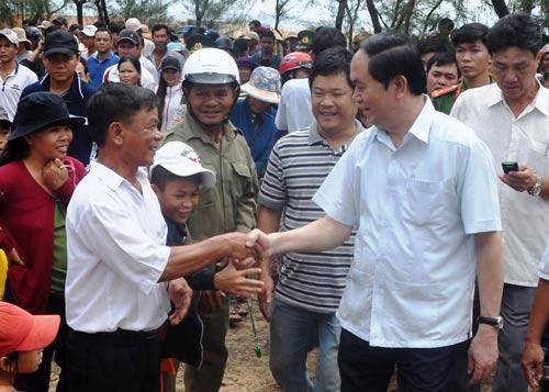 Chủ tịch nước Trần Đại Quang thăm bà con ngư dân làng chài Phú Thọ 3 Ảnh: Xuân Hiếu