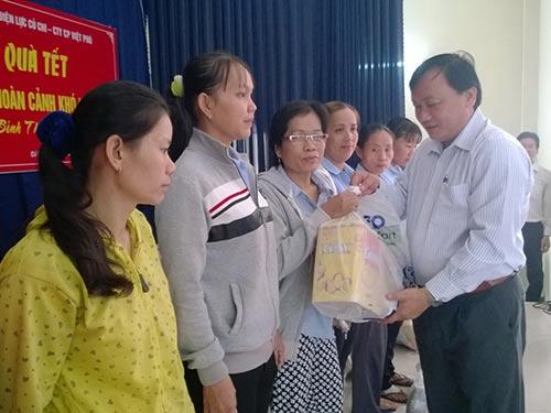 Ông Lê Đình Đức - Phó Chủ tịch UBND huyện Củ Chi, TP HCM - tặng quà cho các công nhân có hoàn cảnh khó khăn