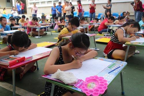 Con CNVC-LĐ tham gia hội thi vẽ tranh do Công đoàn Công ty TNHH MTV Dệt may Gia Định tổ chức