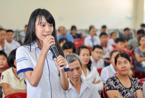 Con CNVC-LĐ điển hình giao lưu tại chương trình học bổng Nguyễn Đức Cảnh do LĐLĐ quận Tân Bình, TP HCM tổ chức