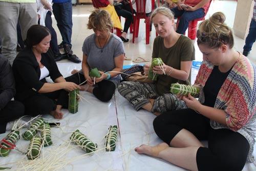 """Ngày hội """"Xuân yêu thương"""" do LĐLĐ quận Tân Bình, TP HCM tổ chức thu hút nhiều khách nước ngoài tham gia Ảnh: HỒNG ĐÀO"""