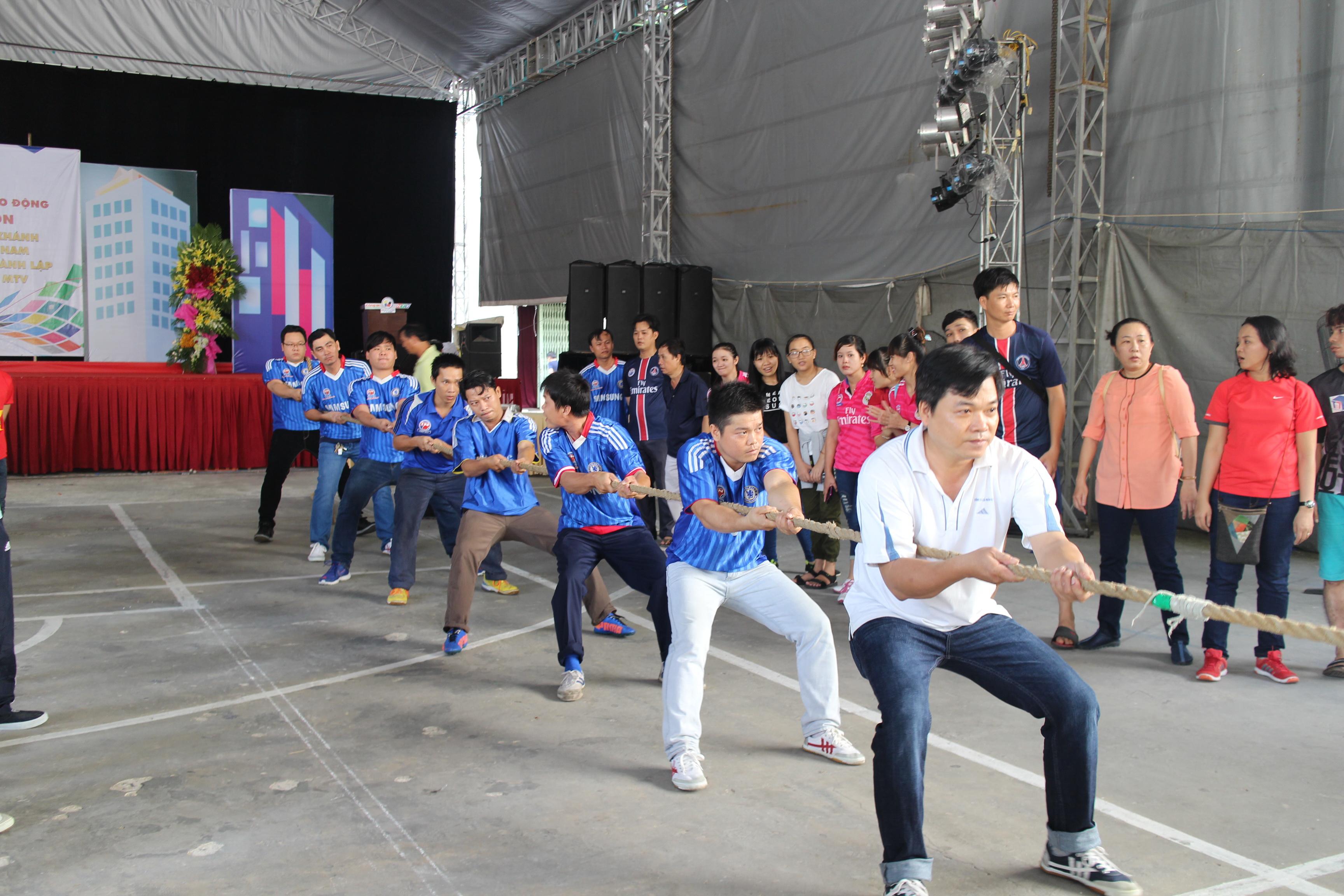 Các vận động viên thi kéo co tại hội thao