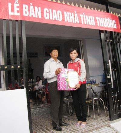 Ông Trịnh Thiện Trung, Phó Chủ tịch LĐLĐ huyện Nhà Bè, tặng quà và giấy chứng nhận cho chị Hồng