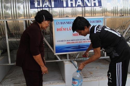 Bà Nguyễn Thị Thành - một chủ nhà trọ tại huyện Hóc Môn, TP HCM - giúp công nhân xây dựng lối sống lành mạnh. Ảnh: HỒNG ĐÀO