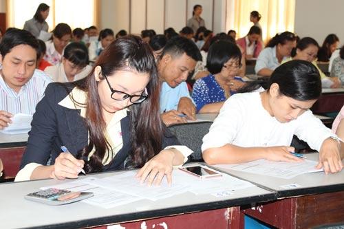 Thí sinh tham gia thi trắc nghiệm tại hội thi kế toán giỏi
