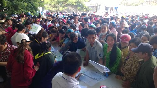 Cán bộ chuyên trách LĐLĐ huyện Hóc Môn, TP HCM hướng dẫn thủ tục khởi kiện cho công nhân Công ty Keo Hwa Vina Ảnh: CAO HƯỜNG