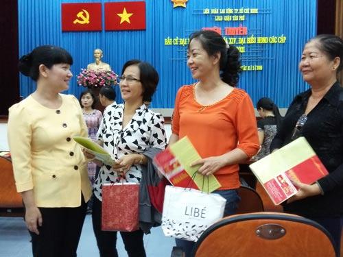 Bà Đinh Thị Thái Hiền (bìa trái), Trưởng Ban Tổ chức LĐLĐ TP HCM, trò chuyện với cán bộ Công đoàn quận Tân Phú