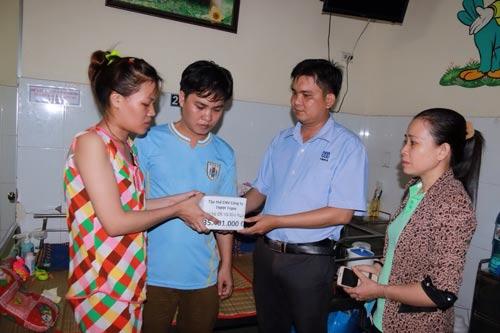 Đại diện Công đoàn (CĐ) Công ty TNHH Triple Việt Nam (thứ 2, từ phải sang) trao tiền hỗ trợ cho gia đình chị Hồ Kim Ngọc