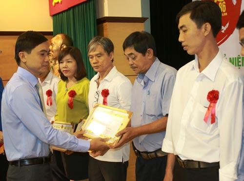 Ông Nguyễn Ngọc Bảo, Trưởng Ban Tuyên giáo LĐLĐ TP HCM, trao giấy khen cho các đảng viên tiêu biểu của SAMCO