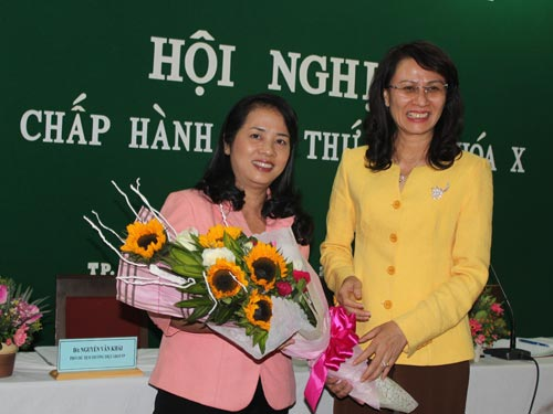 Bà Nguyễn Thị Thu, Phó chủ tịch UBND TP, nguyên chủ tịch LĐLĐ TP, tặng hoa chúc mừng bà Trần Kim Yến, tân chủ tịch LĐLĐ TP HCM