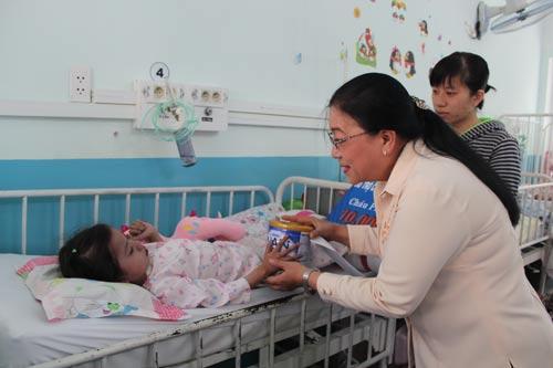 Bà Nguyễn Thị Bích Thủy, Phó Chủ tịch LĐLĐ TP HCM, hỏi thăm sức khỏe cháu Khánh Thy