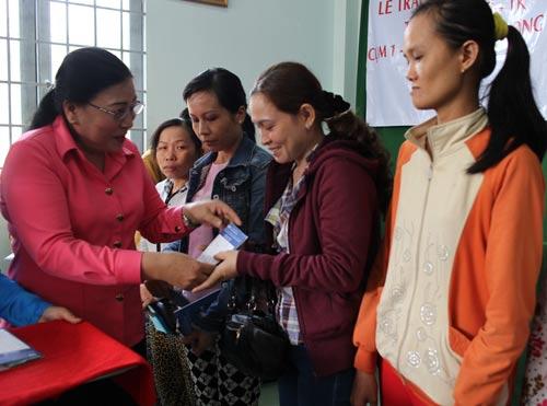 Bà Nguyễn Thị Bích Thủy, Phó Chủ tịch LĐLĐ TP HCM, trao vốn cho người dân Bến Lức, tỉnh Long An