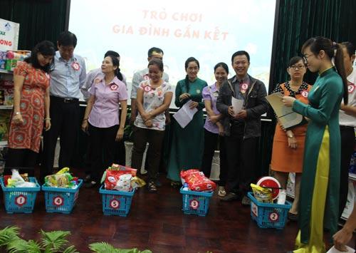 """Các gia đình tham gia trò chơi """"Hãy chọn giá đúng"""" do Công đoàn Tổng Công ty Thương mại Sài Gòn tổ chức"""