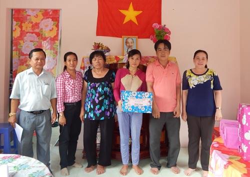 LĐLĐ quận Gò Vấp, TP HCM tặng quà cho gia đình anh Khang