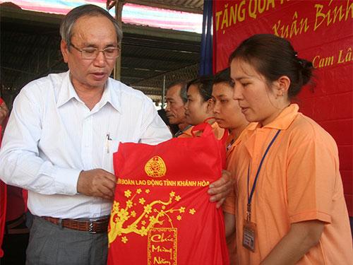 LĐLĐ tỉnh Khánh Hòa tặng quà Tết cho công nhân. ẢNH: THÁI TĨNH