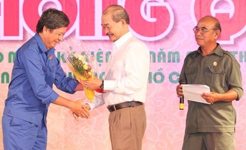 Ông Lê Anh Triều, Hội trưởng Hội Cựu TNXP 4C (bìa trái), nhận hoa chúc mừng nhân dịp họp mặt kỷ niệm 40 năm thành lập lực lượng TNXP TP HCMẢnh: HOÀNG Triều