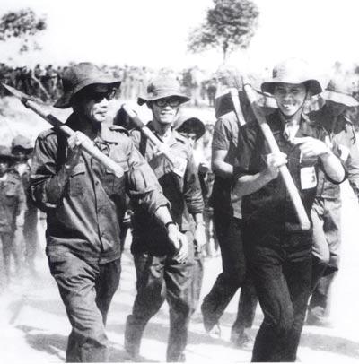 Với vai trò Bí thư Thành đoàn TP HCM năm 1975, ông Phạm Chánh Trực (bìa phải) kiêm nhiệm chức Chính ủy TNXP 4C Ảnh: Tư liệu