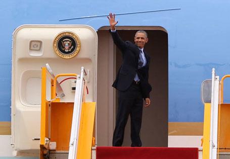 Tổng thống Mỹ chào tạm biệt khi lên máy bay rời TP HCM. Ảnh: DL
