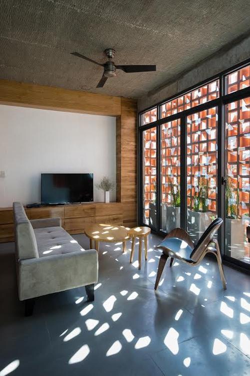 Tầng một và tầng 2 dùng làm văn phòng thiết kế. Ba tầng trên là không gian ở được sắp xếp lần lượt từ phòng khách, bếp, phòng giải trí lên đến các phòng ngủ.