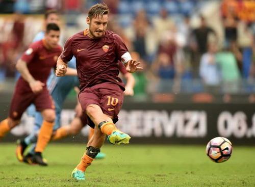 Totti ghi bàn quyết định và kiến tạo một bàn cho AS Roma