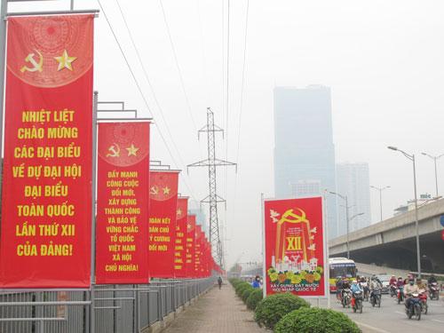 Thủ đô Hà Nội rực rỡ khẩu hiệu, panô chào mừng Đại hội Đại biểu toàn quốc lần thứ XII của Đảng Cộng sản Việt NamẢnh: Văn Duẩn