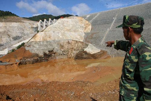 Cống dẫn dòng dưới chân thủy điện Sông Bung 2 bị vỡ Ảnh: Trần Thường