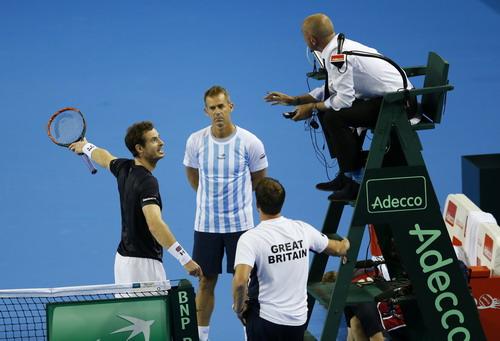 Andy Murray tranh cãi với trọng tài về một pha bóng